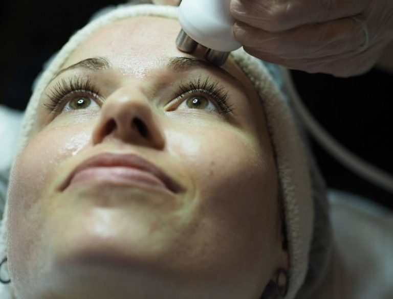 Ansigtsbehandlingen, der opstrammer huden 12