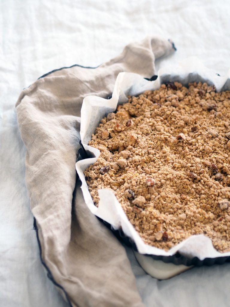 Vegansk æblecrumble med kanel, mandler og pisket creme 5